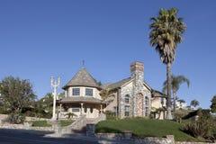 Casa de lujo de dos pisos en una cara de la colina Imágenes de archivo libres de regalías
