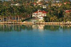 Casa de lujo de la línea de costa Fotos de archivo libres de regalías