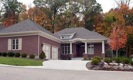 Casa de lujo en otoño Imagen de archivo libre de regalías