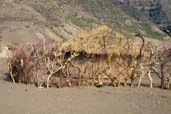 Casa de Maasai en una aldea en Tanzania Imagen de archivo libre de regalías