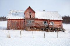 Casa de madeira abandonada na neve Imagens de Stock Royalty Free
