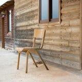 Casa de madeira abandonada velha com cadeira fora fotos de stock
