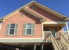 Casa de madeira agradável em suburbano foto de stock