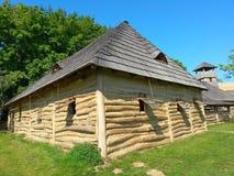 A casa de madeira antiga, cópia de buiding do século 9, museu ao ar livre, archeoskanzen Modra foto de stock