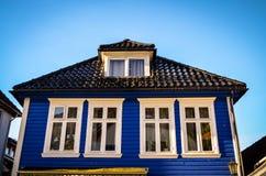 Casa de madeira azul em bergen, Noruega Fotografia de Stock Royalty Free