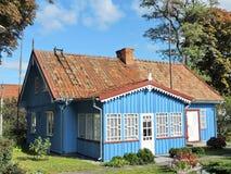 Casa de madeira azul, Lituânia foto de stock royalty free