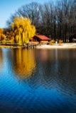 Casa de madeira bonita perto do rio foto de stock royalty free