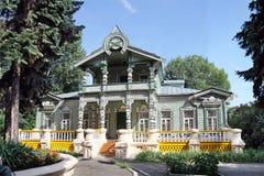 Casa de madeira cinzelada Fotos de Stock