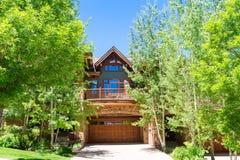 Casa de madeira com árvores ao redor foto de stock royalty free