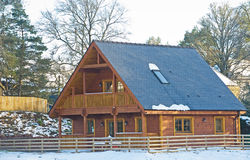 Casa de madeira com balcão Fotos de Stock
