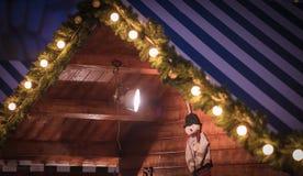 Casa de madeira com decoração do Natal fotografia de stock royalty free