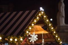 Casa de madeira com decoração do Natal fotos de stock royalty free