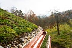Casa de madeira com o telhado vivo verde extensivo coberto com a vegetação fotografia de stock