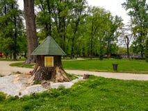 A casa de madeira de crianças bonitas no parque da cidade fotos de stock royalty free