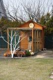 Casa de madeira da casa de galinha em uma fazenda foto de stock