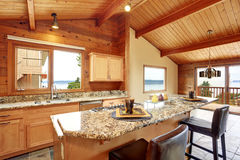 Casa de madeira da guarnição com planta baixa aberta Cozinha com parte superior contrária do granito imagem de stock royalty free