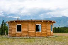 Casa de madeira da montanha no campo verde Montanhas, Altay, Rússia Imagens de Stock Royalty Free