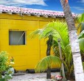 Casa de madeira da praia amarela tropical do Cararibe Foto de Stock Royalty Free