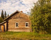 Casa de madeira desolada imagens de stock