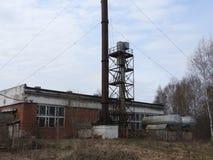 Casa de madeira destru?da abandonada na vila pequena do russo foto de stock