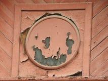 Casa de madeira destru?da abandonada na vila pequena do russo imagens de stock royalty free