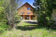Casa de madeira do estilo da cabine no monte rochoso Fotografia de Stock