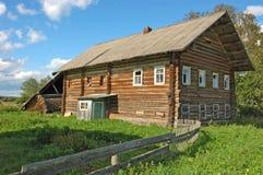 Casa de madeira do fazendeiro abandonado Fotos de Stock