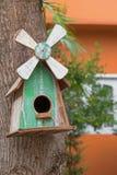 Casa de madeira do pássaro com o ninho real do pássaro para dentro, pendurando na manga t Fotografia de Stock Royalty Free