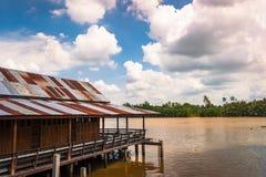Casa de madeira do pernas de pau do estilo do vintage construída acima do rio Bangprakong, Fotos de Stock