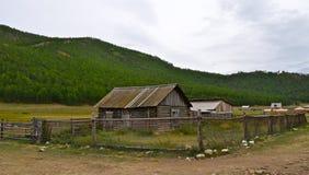Casa de madeira do russo idoso na vila. Imagem de Stock Royalty Free