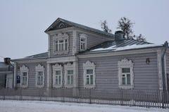A casa de madeira do russo idoso projetou por quadros de janela cinzelados Imagens de Stock