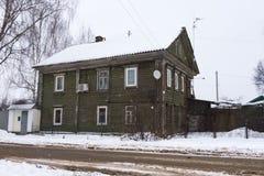 Casa de madeira do russo tradicional no inverno fotografia de stock