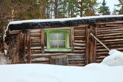 Casa de madeira do um-andar velho no inverno Imagem de Stock Royalty Free
