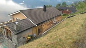 Casa de madeira dos fiordes de Noruega fotografia de stock