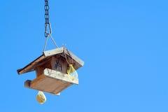 Casa de madeira dos pássaros (estorninho-casa) no céu azul imagens de stock royalty free