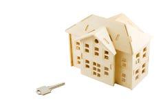 Casa de madeira e chave do brinquedo isoladas Fotos de Stock