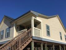 Casa de madeira em Louisiana suburbano fotografia de stock