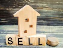Casa de madeira em um fundo preto com a venda da inscrição venda da propriedade, casa, bens imobiliários Carcaça disponível Lugar foto de stock royalty free