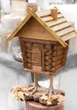Casa de madeira fabulosa nos pés de galinha imagens de stock royalty free