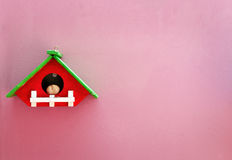Casa de madeira feito a mão na parede cor-de-rosa Imagens de Stock Royalty Free