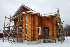 A casa de madeira inacabado bonita com círculo entra o campo imagem de stock royalty free