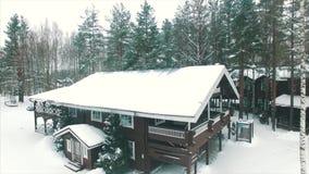 Casa de madeira na floresta do inverno vídeos de arquivo