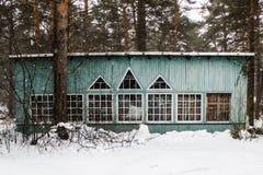 Casa de madeira na floresta do inverno Imagens de Stock