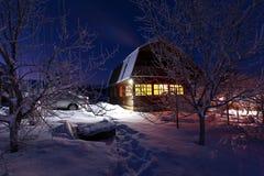 Casa de madeira na floresta do inverno imagem de stock