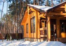 Casa de madeira na floresta do pinho fotografia de stock