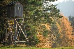 Casa de madeira na natureza foto de stock royalty free