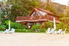 Casa de madeira na natureza tropical bonita Imagem de Stock