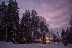 Casa de madeira na noite no inverno fotos de stock royalty free