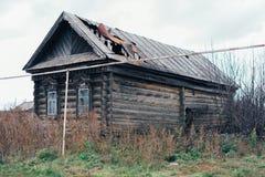 Casa de madeira na vila do russo fotografia de stock royalty free