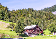 Casa de madeira nas montanhas dos cumes Imagens de Stock